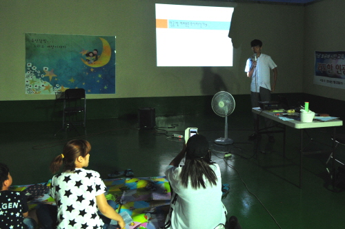 인공 빛공해 관련 강의 진행하는 모습 인공 빛공해와 관련하여 이경호 국장이 대전환경운동연합 옥상에서 강의를 진행하고 있다.