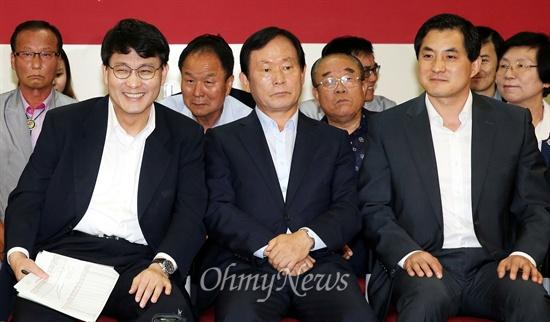 웃는 새누리 새누리당 윤상현 사무총장을 비롯한 주요 당직자들이 30일 오후 서울 여의도 새누리당사에 마련된 7.30 재보궐선거 상황실에서 개표방송을 지켜보며 웃고 있다.