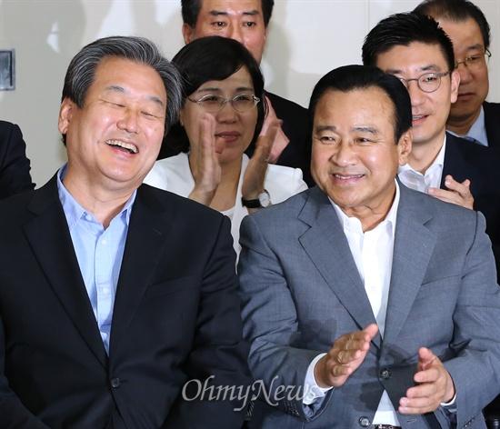 파안대소 하는 김무성 새누리당 김무성 대표가 30일 오후 서울 여의도 새누리당사에 마련된 7.30 재보궐선거 상황실에서 개표방송을 지켜보며 크게 웃고 있다.