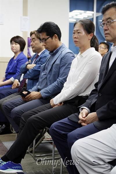 웃지 못한 '당선인' 권은희 권은희 새정치민주연합 후보가 30일 광주 광산을 보궐선거에서 60.6%의 득표율로 승리했다. 권 후보가 자신의 선거사무실에서 어두운 표정으로 개표방송을 보고 있다.