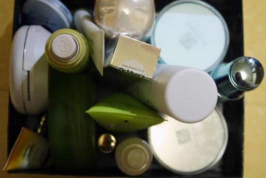 뷰티블로거 시절 받은 화장품들이 아직 이만큼 남아 있다