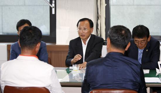 기자간담회 갖고 있는 김제식 국회의원 김 의원은 31일 오후 태안군청 기자실을 방문해 소회와 함께 조한기 후보측과 노무현 재단측으로부터 고발당한 두건의 고발건에 대해 의견을 개진한 부분으로 특별히 문제가 안된다고 생각한다고 밝혔다.
