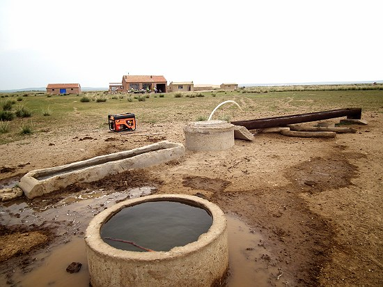 가축 물 공급 시설 지하수를 퍼올려 가축에게 물을 주고 있는 보샤오떼 호수 주변 주민에 따르면 보샤오떼 호수가 마른 이후부터 지하수를 더 깊게 파야 한다고 한다.