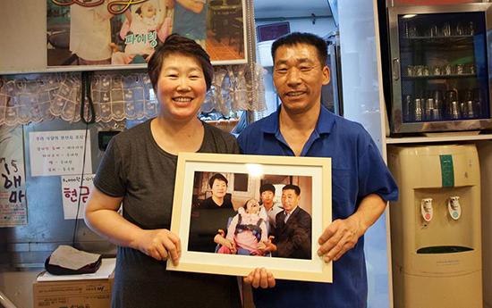 가족사진을 건네받은 화영이네 가족.