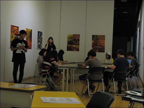 CSI 프로파일링 체험전 테이블에 앉아서 보고서를 작성하는 참가자들