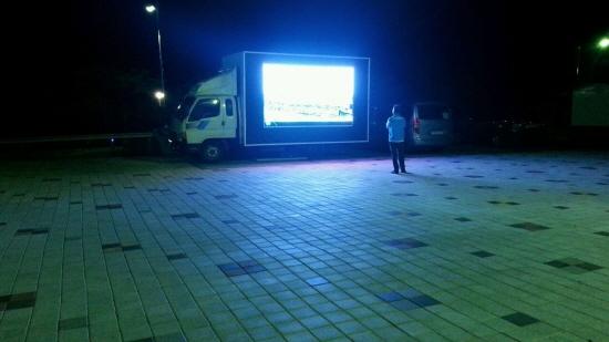 어둠이 깔린 체육관 앞 해가 지고 밤을 맞은 체육관 앞 전경. 뉴스방송을 시청하기에는 독한 산모기떼가 극성이었다.