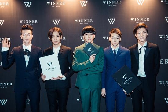 6일 오후 서울 영등포구 여의도 콘래드 호텔에서 열린 그룹 위너의 론칭쇼에서 위너가 포즈를 취하고 있다.