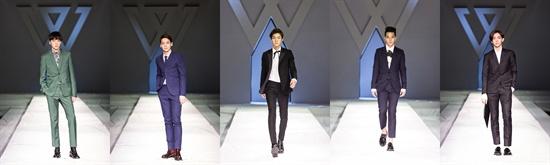 6일 오후 서울 영등포구 여의도 콘래드서울에서 열린 위너의 런칭쇼에서 위너가 워킹을 선보이고 있다.