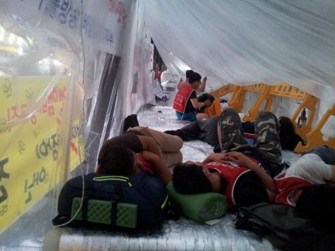 서울파이낸스센터 후문 맞은 편에 세워진 임시 비닐 텐트 내부 모습. 이곳에서 조합원들이 잠을 청하고 있다.
