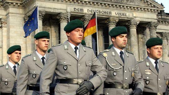 의회 청사 앞을 행진하는 독일연방군 독일 연방 의회 앞을 행진하는 독일연방군 장병들. 독일 의회는 언제든 불시에 부대를 방문해 병사들의 인권침해 여부를 조사하는 권한을 가진 군사 옴부즈만 제도를 운영하고 있다.