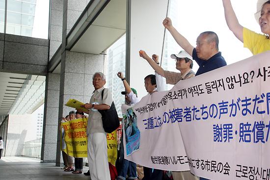 도쿄 시내 미쓰비시중공업 본사 앞에서 항의 행동을 펼치고 있는 '나고야 소송 지원회' 회원들. 2007년 7월부터 시작한 원정 금요시위가 만 5년을 맞았다.