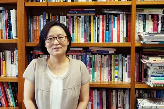 김현미 교수 연세대학교 위당관 김현미 교수 사무실에서 김 교수를 만날 수 있었다.