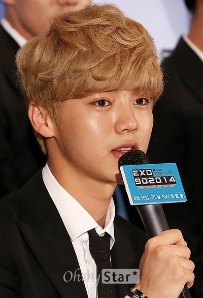 엑소 루한, 내가 바로 미소년  11일 오전 서울 상암동 CJ E&M에서 열린 Mnet 'K-POP 타임슬립' < 엑소(EXO) 902014 > 기자간담회에서 루한이 질문에 답하고 있다. < EXO 902014 >는 엑소와 선배 가수들이 90년대부터 지금까지의 명곡과 문화를 새롭게 조명하는 버라이어티 프로그램이다. 15일 금요일 밤 10시 첫 방송.