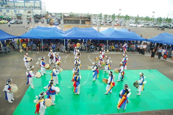판굿 화성시 풍물패가 무대 앞에서 판굿을 펼치고 있다