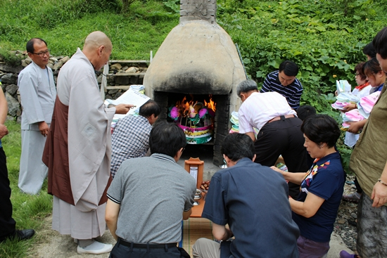 성불사의 백중 49재기도 회향법회에서 영가님들의 옷을 소각하는 의식을 진행 중입니다.