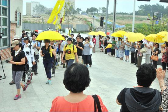 8월 13일 오전, 800km 십자가 도보순례단이 대전 진잠근린공원에 도착했다. 많은 천주교 신자들과 시민들이 이들을 환영하고 있다.