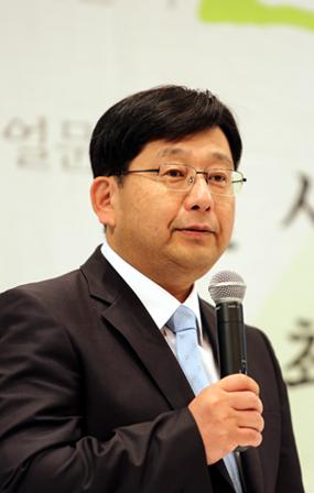 2003년 한국으로 귀화한 호사카 유지(保坂祐二ㆍ58) 교수는 일본 우경화의 열쇠는 결국 미국이 쥐고 있다고 밝혔다.
