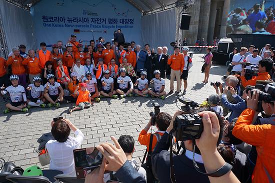 여타 다른 행사들처럼 <조선일보> 주최의 '뉴라시아 자전거 평화대장정' 출정식도 단체사진으로 마무리됐습니다.