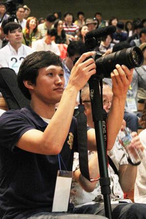 인천평화창작가요제 공개오디션을 촬영하고 있는 장재구 사무국장