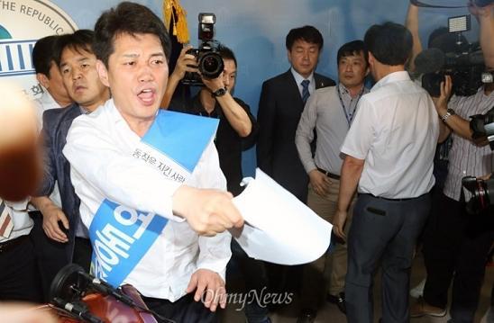 기동민 후보의 기자회견장에 나타난 허동준 위원장(가운데). 이 장면은 그의 의사와는 상관없이 지난 재보궐 선거를 흔들었다.