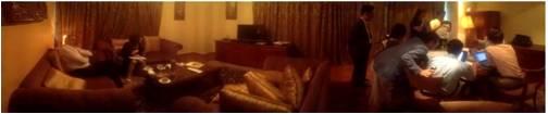 두바이 호텔방에서 제보자를 취재하는 모습