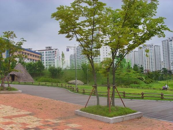고인돌공원 고인돌 공원은 산책로와 주변 경관 등이 잘 정리가 되어있다