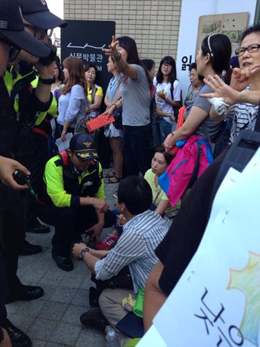 '우리가 잠재적 범죄자란 말이냐' 강력하게 항의하고 있는 시민들