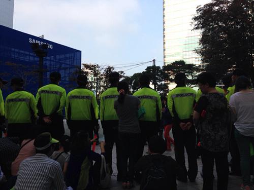 시민들이 저항하자 시민들 앞에 가로막고 선 경찰.