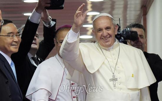 축국 인사하는 프란치스코 교황 4박 5일 방한일정을 마친 프란치스코 교황이 18일 성남 서울공항에서 비행기를 타기 직전 손을 들어 인사하고 있다.