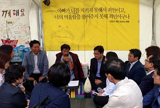 18일 오후 새정치연합 의원들이 세월호 특별법 제정을 촉구하며 36일째 단식 중인 김영오씨를 만나 단식 중단을 권유하고 있다.