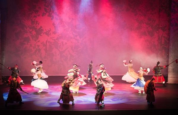 백동수 무예24기 시범단과 아트컴퍼니 예기의 단원들이 펼치는 춤과 무예의 향연