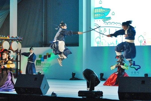 무예24기 지난 해 공연 중에서 무예24기 시범단의 공연