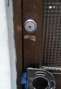 많은 집들이 방범 기능이 부족한 문을 달고 있다.