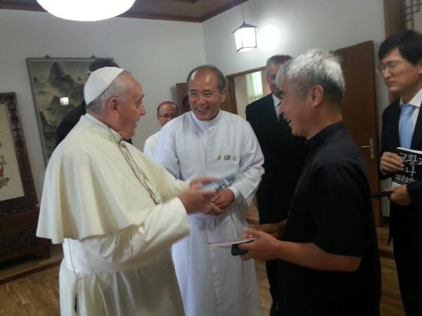 아하! 그 동영상 교황님이 가면을 보시고 그 동영상의 주인공이냐며 활짝 웃으신다.