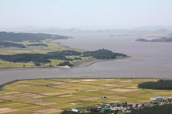 김포 문수산에서 바라본 강화도 동북쪽 연미정 부근입니다. 바다 오른쪽 위로 북한도 보입니다.