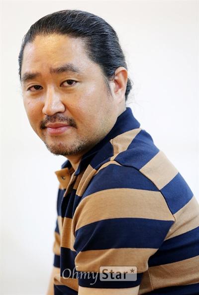 영화 <명량>의 김한민 감독이 18일 오후 서울 팔판동의 한 카페에서 오마이스타와의 인터뷰에 앞서 포즈를 취하고 있다.