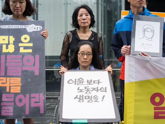삼성반도체 LCD 직업병 피해자 증언대회 기자회견  한혜경 씨와 그녀의 어머니는 기자회견에서 삼성에서 일하다 백혈병, 뇌종양으로 일하다 병든164명과 돌아가신 70명에 대해 삼성은 책임을 다하라고 말했습니다.