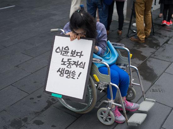 삼성 반도체 LCD 직업병 피해자 증언대회에 참여한 한혜경 씨 뇌종양 수술을 받은 혜경씨는 지금은 스스로 할 수 있는 게 없습니다. 그녀는 자신과 같은 노동자들이 더이상 나오지 않기를 바랍니다.