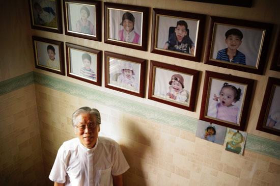 '베이비박스' 이종락 목사가 아이들의 사진 앞에서 환하게 웃고 있다.