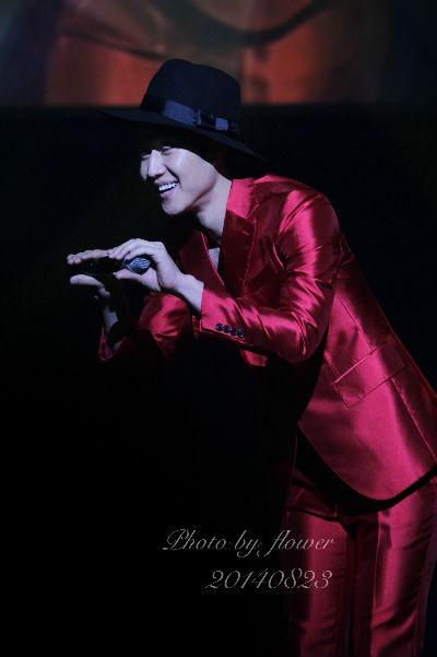 빨간 양복에 검은 중절모를 쓴 정우가 태진아의 '동반자'를 부르자 팬들이 크게 환호했다.