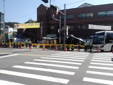 세월호 유가족이 농성중인 청운효자동주민센터 앞 경찰은 청운효자동 주변과 청와대 진입로 입구를 모두 막아 시민들의 출입을 통제하고 있다.
