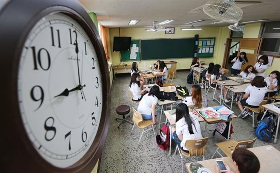 지난 25일 경기도 의정부시 가능동 의정부여자중학교에서 학생들이 9시에 맞춰 등교해 수업을 준비하고 있다. 경기도교육청이 2학기부터 9시 등교 정책 시행계획을 각급학교에 통보한 이후 첫 사례다. 2014.8.25