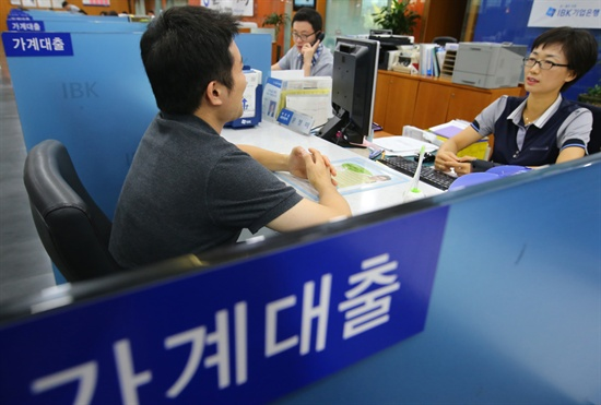 주택담보인정비율(LTV)과 총부채상환비율(DTI) 등 주택대출 규제 완화 첫날인 1일 오전 서울의 한 시중은행 본점 가계대출 창구에서 한 고객이 상담을 받고 있다. 2014.8.1