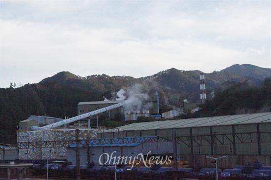 영풍석포제련소 1공장. 하얀 연기가 피어오르고 있다.