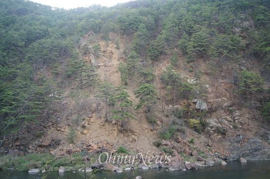 경북 봉화군 석포면 영풍석포제련소 인근의 산기슭이 나무가 고사하면서 흙이 쏟아져 내리고 있다.