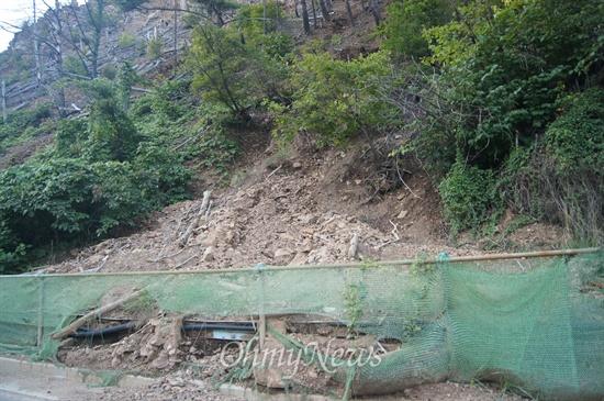 경북 봉화군 석포면 영풍제련소 인근 나무가 죽은 야산의 비탈면에서 흙더미가 쏟아져 내렸다.