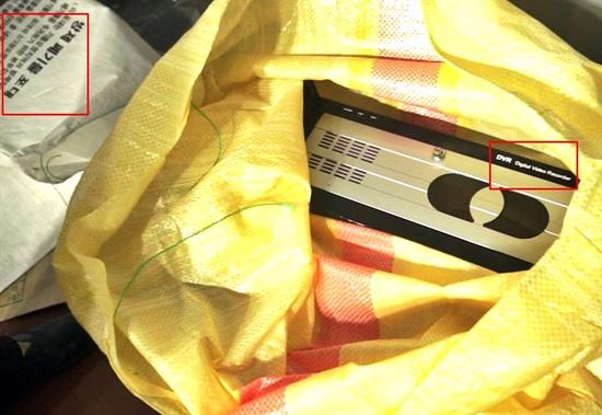 마대자루에 담긴 'CCTV 영상저장장치'  세월호 참사 후 두 달 이상이 지난 6월 22일 오후 11시 30분께 세월호 CCTV 영상이 담긴 DVR PC가 사고 현장 바지선에 올라왔다. 하지만 DVR PC는 노란 마대자루에 담겨 '방제 폐기물 포대'와 함께 바지선에 놓여 있었다. 이 DVR PC는 23일 오전 1시께 세월호 참사 가족대책위원회 영상기록단 측이 발견했다, 영상기록단의 보고를 받은 대한변협은 곧바로 실물보존절차를 밟았다. 사진은 당시 영상기록단이 찍은 영상을 갈무리한 것이다.