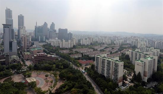 1일 오후 서울 양천구 목동의 한 빌딩에서 바라본 목동아파트 2·3단지 전경. 이날 정부가 발표한 9·1 부동산 대책에 따르면 재건축 연한이 40년에서 30년으로 10년 단축돼 지난 1985년 말부터 1988년 말까지 준공한 목동 신시가지 아파트 1∼14단지 2만6천629가구가 가장 혜택을 볼 것으로 전문가들은 내다봤다.