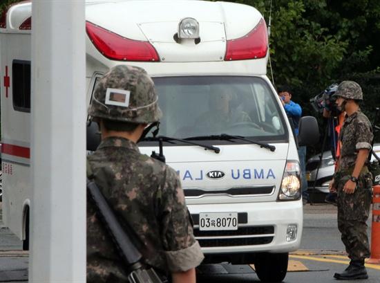 지난 2일 충북 증평의 제13공수 특전여단 예하부대에서 훈련도중 부상당한 전모(23) 하사가 탄 구급차가 3일 오전 대전 국군병원으로 들어오고 있다.
