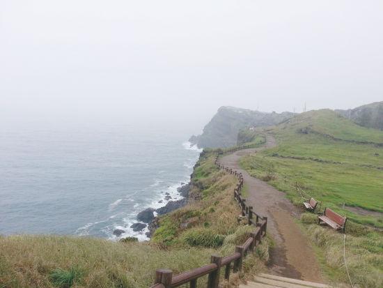 올레10코스를 경유하는 송악산 우리나라 최남단에 위치한 산. 해안을 따라가는 길을 보며 바다를 느낀다.